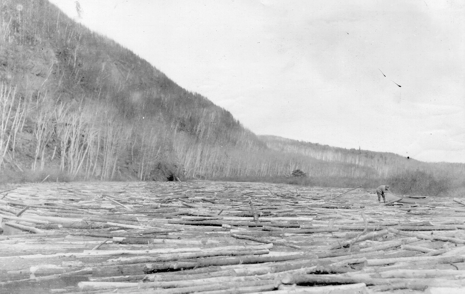 Drave sur la rivière Flamand en Mauricie. Source: M. L. Anctil (Consolidated Paper Corporation Ltd).