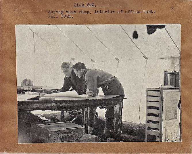 En processus d'inventaire sur le terrain en 1924 (probablement pour la Wayagamack, Source: Fonds d'archives de Produits Forestiers Résolu à Grand--Mère)