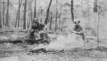 LA photo de messieurs G.-C. Piché et A. Bédard lors de leur formation d'ingénieurs forestiers à l'Université Yale (États-Unis)