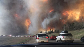 Citoyens fuyant le feu de Fort McMurray (photo: DarrenRD, source)