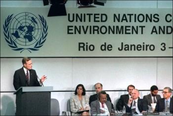Le président Bush (père) lors de sa conférence à Rio (source)